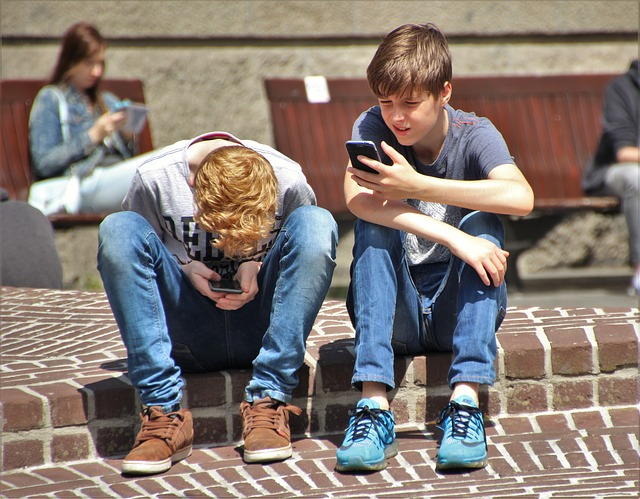 kids on smartphones